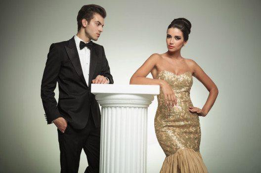 Für die Ferien in einem Luxushotel sollten Sie für die Abendessen Anzug und Abendkleid im Koffer haben. (Bild: Viorel Sima – shutterstock.com)