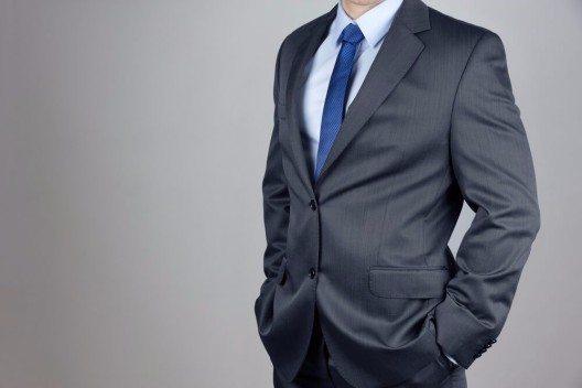 Das Zweiknopfsakko: ein Klassiker, den Mann im Büro und zu offiziellen Anlässen trägt. (Bild: © Morganka - shutterstock.com)