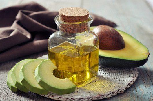 Avocadoöl wird aus dem Fruchtfleisch der Avocado gewonnen. (Bild: mama_mia – shutterstock.com)