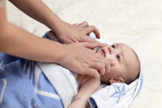 Babys und Kleinkinder sind durch Schadstoffe in Kosmetika besonders gefährdet. (Bild: Chubykin Arkady – shutterstock.com)