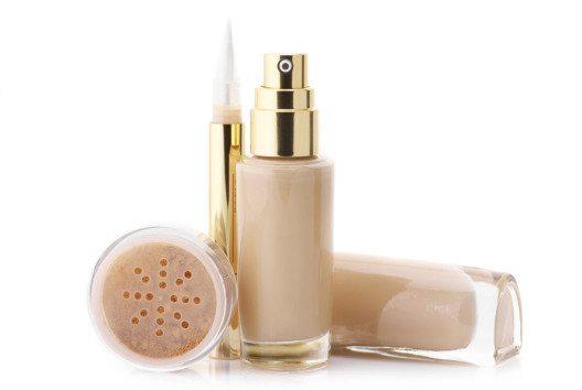 Für ein Baking-Make-up braucht man Concealer, einen losen, transparenten Puder und Foundation. (Bild: Svetlana Lukienko – shutterstock.com)