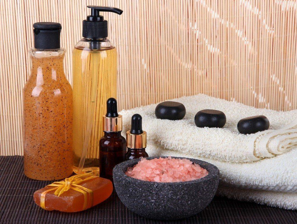 In Reformhäusern und Drogerien findet ihr diverse Pflegeprodukte mit Pfirsich. (Bild: © Africa Studio - fotolia.com)