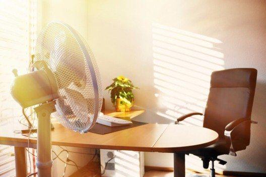 Ein Ventilator hilft nicht nur in den eigenen vier Wänden für Kühlung, sondern auch in den Büroräumen. (Bild: © Alexander Chaikin - shutterstock.com)