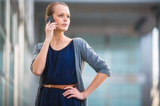 Ein Kleid passt sehr gut zum Business Casual Look. (Bild: l i g h t p o e t – shutterstock.com)