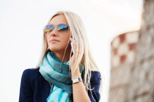 Damen können Ihr Outfit mit einem Schal verschönern. (Bild: wrangler – shutterstock.com)