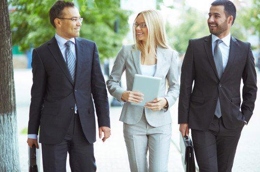 Kleiderordnung Business formal: Hier ist ein Anzug für Herren Pflicht, und Damen entscheiden sich für ein elegantes Kostüm oder einen Hosenanzug.  (Bild: Pressmaster – shutterstock.com)