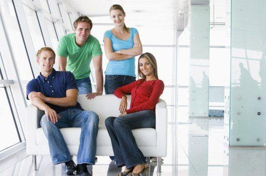 Am Casual Friday können die Angestellten legerer gekleidet erscheinen. (Bild: Monkey Business Images – shutterstock.com)
