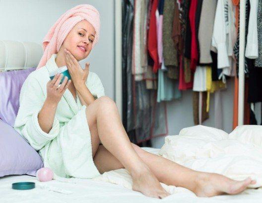 Diese Hautcreme trägt man abends auf das Gesicht und die zu behandelnden Stellen auf. (Bild: © Iakov Filimonov - shutterstock.com)