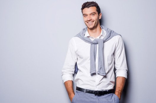 Eine Stoff- oder Flanellhose kombiniert mit einem schicken Hemd ist eine gute Wahl, wenn Dresscode Casual angesagt ist.  (Bild: g-stockstudio – shutterstock.com)