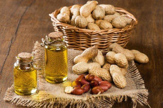 Erdnussöl wird aus den Erdnusskernen kalt gepresst. (Bild: Iryna Denysova – shutterstock.com)