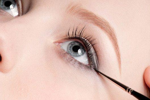 Eyelinerpinsel sind für den Lidstrich am Wimpernrand gemacht, können aber auch zweckentfremdet verwendet werden. (Bild: Aleksandr Markin – shutterstock.com)