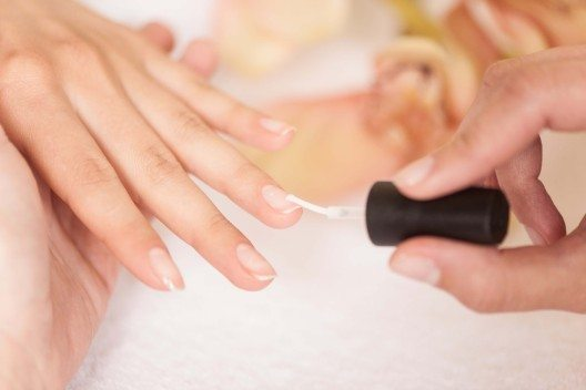 Es gibt viele Möglichkeiten, den eigenen Fingernägeln zu mehr Glanz zu verhelfen. (Bild: © BlueSkyImages - fotolia.com)