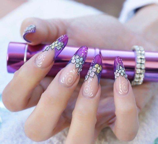 Nägel im Gothic Almond Style sind die extreme Fortführung der klassischen Mandelform. (Bild: © Irina Pechyorina - shutterstock.com)