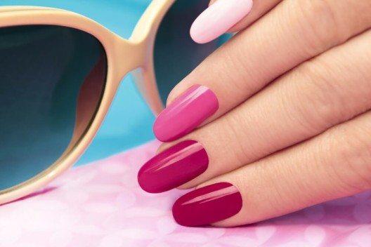 Rund oder oval gefeilte Nägel verleihen einen sehr natürlichen Look. (Bild: © marigo20 - shutterstock.com)