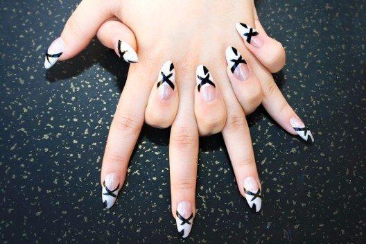 Mandelförmige Nägel sind ebenfalls weitverbreitet und lassen die Fingernägel sehr trendig erscheinen. (Bild: © ruzanna - shutterstock.com)