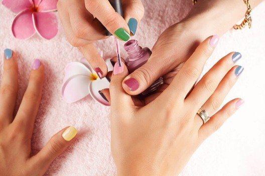 Vergiss nicht, auch deine Nagelspitze, egal ob spitz oder rund, mit Nagellack zu versiegeln. (Bild: © abelena - fotolia.com)
