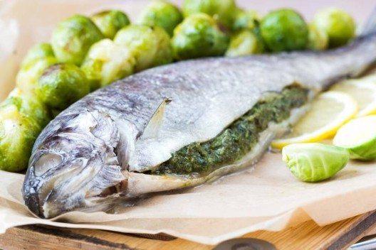 Zum Grillieren könnt ihr den Fisch mit Kräutern füllen. (Bild: © leonori - shutterstock.com)