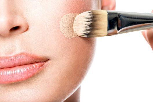 Schminkpinsel für Grundierungen ist eines der beliebtesten Schminkwerkzeuge. (Bild: Valua Vitaly – shutterstock.com)