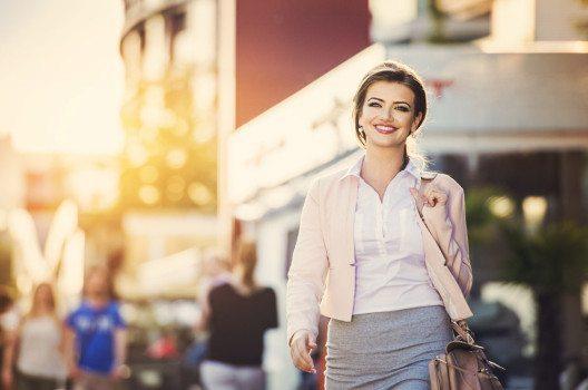 Damen kombinieren ein dezentes Oberteil zu Rock, Hose oder einer eleganten Jeans. (Bild: Halfpoint – shutterstock.com)