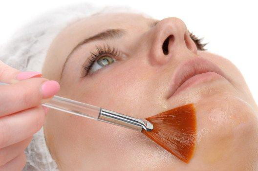 AHAs lösen als chemisches Peeling abgestorbene Hautzellen von der obersten Hautschicht. (Bild: Serghei Starus – shutterstock.com)