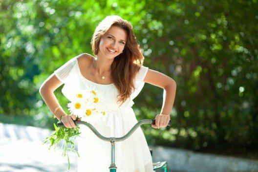 Im Sommer sollte man helle luftige Kleidung tragen. (Bild: © Bairachnyi Dmitry - shutterstock.com)