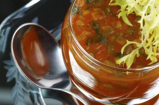 Kaltschale – mit einem knusprigen Baguette eine sommerliche Hauptmahlzeit. (Bild: Brigitte Bonaposta – fotolia.com)