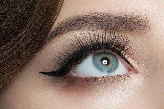Bei grossen Augen ist es wichtig, auf dunkle Farben zu setzen. (Bild: © Malyugin - shutterstock.com)