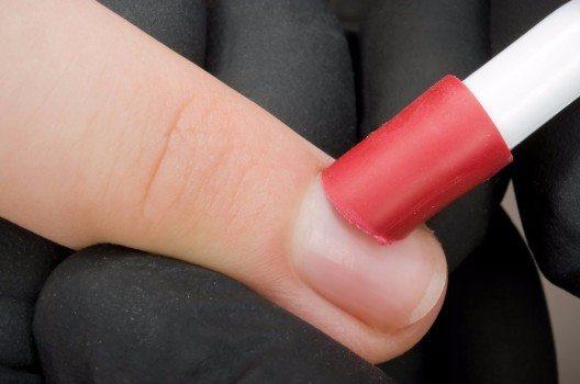 Für perfekte Fingernägel die Kutikula abtragen (Bild: © Christoph Hähnel - fotolia.com)