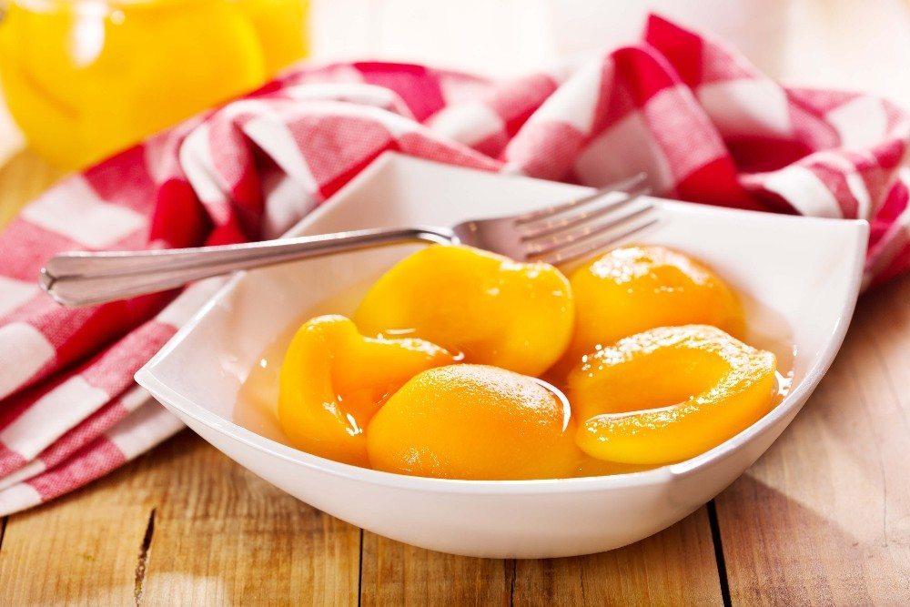 Erfrischend prickelnde Pfirsich-Schale (Bild: © Nitr - fotolia.com)