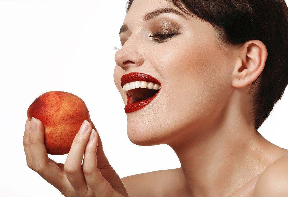 Eigentlich genügt es, einen reifen Pfirsich gründlich zu waschen und genüsslich hineinzubeissen. (Bild: © volicholi - fotolia.com)