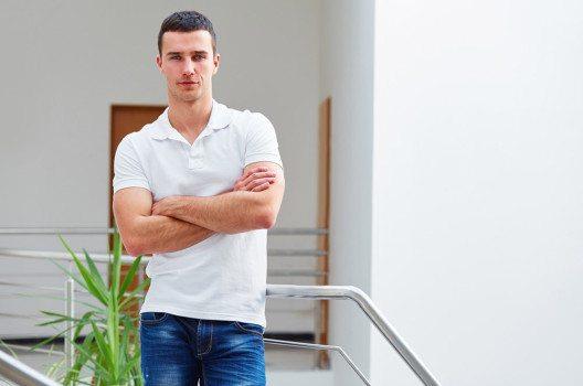 Jeans und T-Shirt sind beim Dresscode Casual durchaus okay. (Bild: Sedlacek – shutterstock.com)