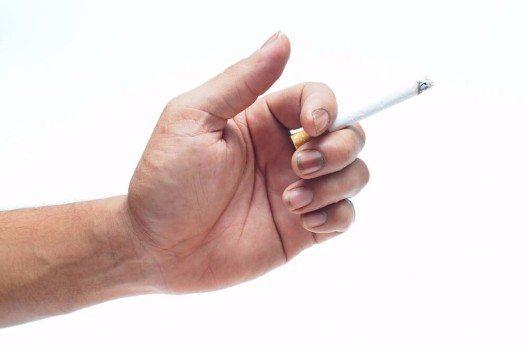 Bei Rauchern kommt es häufig zu gelblichen Verfärbungen der Nägel durch das Nikotin. (Bild: © kim7 - shutterstock.com)
