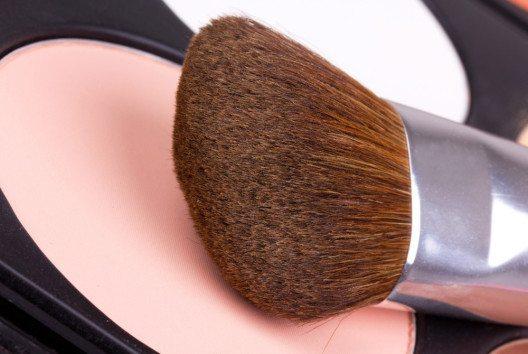 Rougepinsel mit mittellangen Borsten sind ideal für einen exakten Auftrag von Rouge und Highlighter. (Bild: photopixel – shutterstock.com)