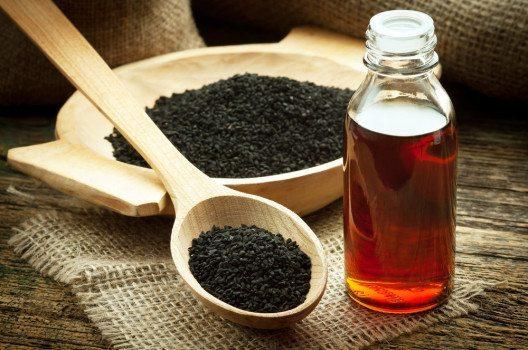 Schwarzkümmelöl ist in reiner Form sehr wertvoll. (Bild: Evan Lorne – shutterstock.com)