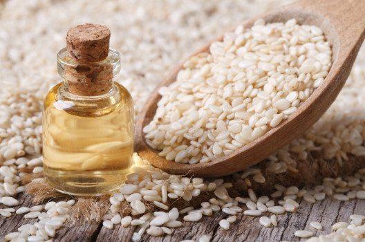 Sesamöl ist ein wahres Wunderwerk der Natur. (Bild: AS Food studio – shutterstock.com)