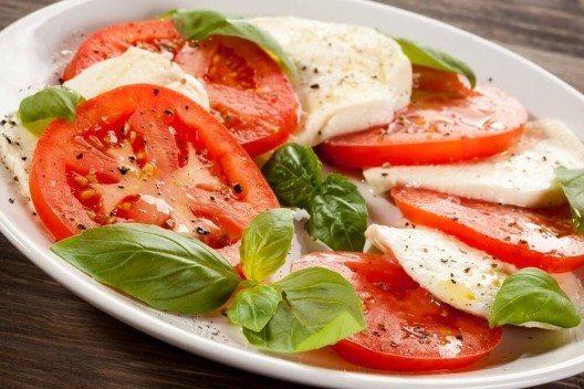 Tomaten vertragen sich sehr gut mit Kräutern. (Bild: © Jacek Chabraszewski - fotolia.com)