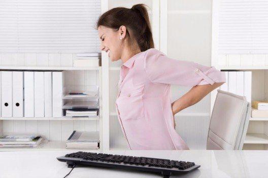 Tatsächlich können chronische Verspannungen so wehtun, dass es kaum auszuhalten ist. (Bild: © Jeanette Dietl - shutterstock.com)