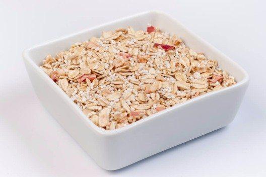 Ein vollwertiges Müsli aus guten Zutaten ist ein sättigender Energiespender als Start in einen guten Tag. (Bild: © wiktord - shutterstock.com)