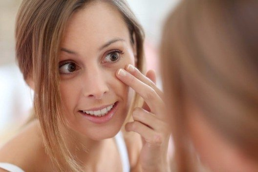 Gesichtspflege für verjüngenden Effekt (Bild: © Goodluz - shutterstock.com)
