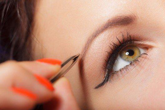 Gezupfte Augenbrauen öffnen den Blick. (Bild: © Voyagerix - shutterstock.com)