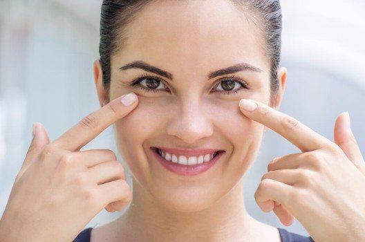 Make-up sieht in jedem Alter am schönsten aus, wenn es ganz dezent verwendet wird. (Bild: © Shell114 - shutterstock.com)