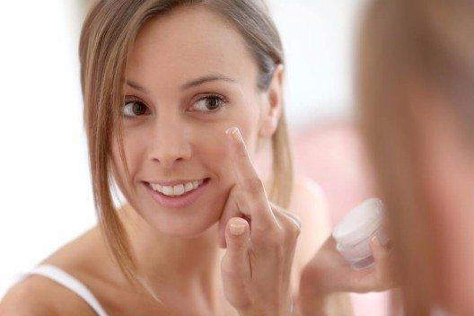 Mangelt es der Haut auch an fettenden Pflegestoffen, helfen Cremes mit Mandel- oder Olivenöl. (Bild: © Goodluz - shutterstock.com)