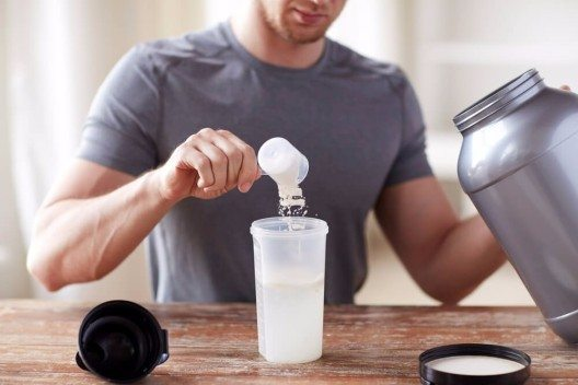 Gerade Pulver mit Geschmacksaromen laden dazu ein, Eiweissshakes als Mahlzeitenersatz zu trinken. (Bild: © Syda Productions - shutterstock.com)