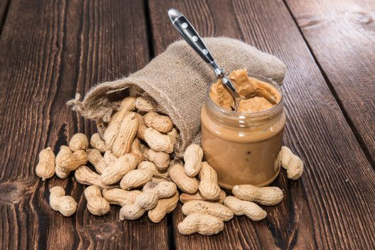 Erdnussbutter ist als Fettersatz geeignet. (Bild: © HandmadePictures - shutterstock.com)