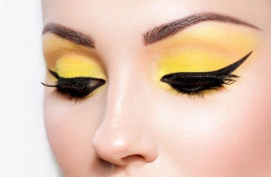Um deinen Augen nun Farbe zu verleihen, kannst du den Lidschatten auftragen. (Bild: © Maria Ignatenko - shutterstock.com)
