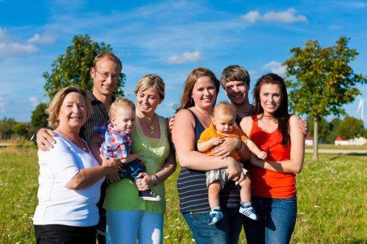 Mütter sollten die Hilfe von Freunden und Verwandten dankbar annehmen. (Bild: © Kzenon - shutterstock.com)