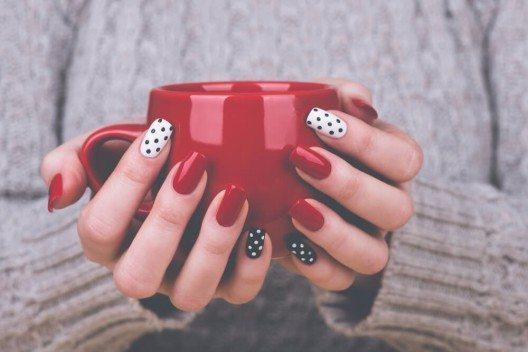 Rote Accessoires fallen immer sehr auf, genauso wie rotlackierte Fingernägel. (Bild: © Tamara83 - shutterstock.com)