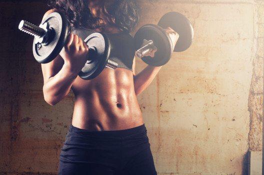 Frauen, ihr wollt abnehmen? Dann ran an die Gewichte! (Bild: © beccarra - shutterstock.com)