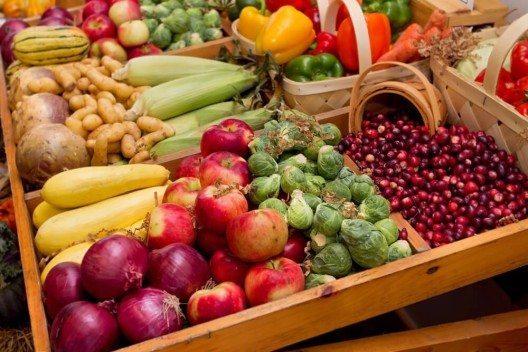 Auf dem Markt gibt es jetzt heimisches Obst und Gemüse. (Bild: © Matt Antonino - shutterstock.com)