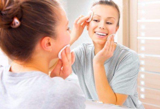 Bevor du also deine dekorative Kosmetik aufträgst, solltest du dein Gesicht säubern und mit wertvollen Nährstoffen versorgen. (Bild: © Subbotina Anna - shutterstock.com)